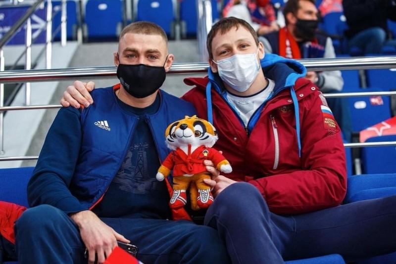 Чемпионы мира по самбо Никита Клецков и Вячеслав Михайлин посетили хоккейный матч